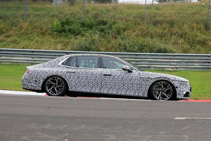 2023-genesis-g90-spied-lapping-the-nurburgring-in-the-wet_15