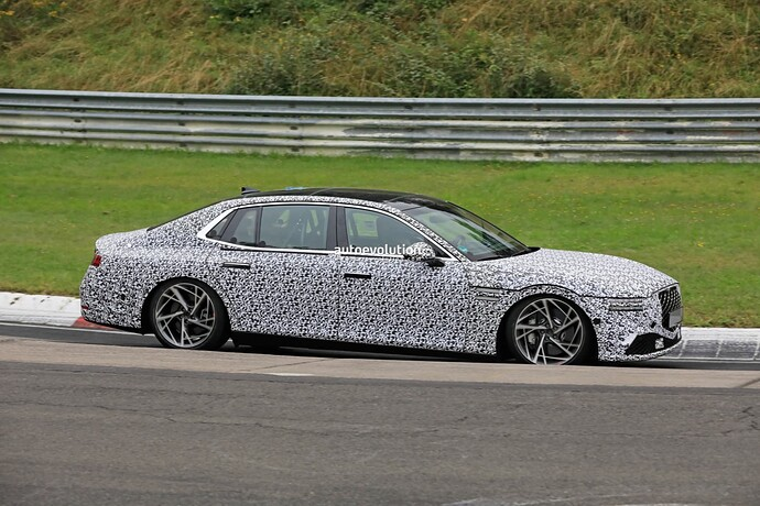 2023-genesis-g90-spied-lapping-the-nurburgring-in-the-wet_5
