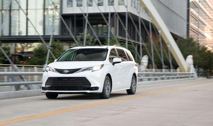 2022_Toyota_Sienna_LE_Super-White_004