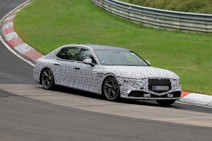 2023-genesis-g90-spied-lapping-the-nurburgring-in-the-wet_4