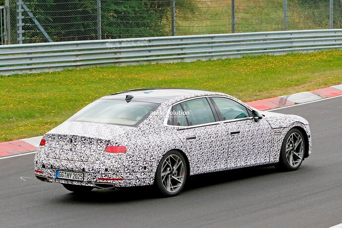 2023-genesis-g90-spied-lapping-the-nurburgring-in-the-wet_32